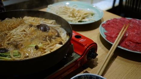 La table avec le sukiyaki