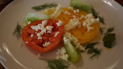Salade de tomates anciennes, ricotta maison, pesto