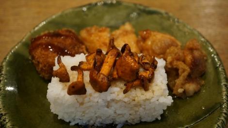 Croquettes de pomme de terre, beignets de poulets et champignons
